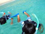 スクールで海で遊ぶ