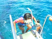 沖縄の青い海をボートで行くスノーケリング